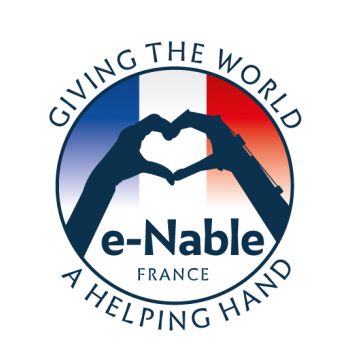 Diapo 4 : Logo du projet e-Nable France, légende: 'Giving the world a helping hand' ('Français: Donner au monde un coup de main').