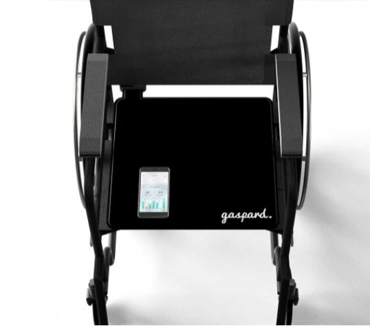 Diapo 2 : Fauteuil équipé d'un tapis pour fauteuils roulant Gaspard, et smartphone affichant l'application Gaspard.
