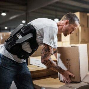 Homme portant un carton avec un exosquelette Japet sur lui
