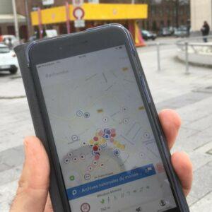 Personne utilisant l'application Picto Access sur son smartphone