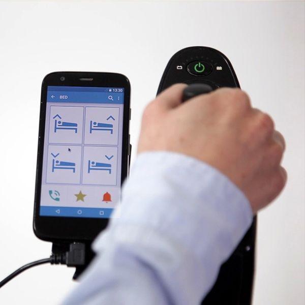 Diapo 3 : Personne utilisant Bj Control sur son smartphone pour régler la hauteur de son lit