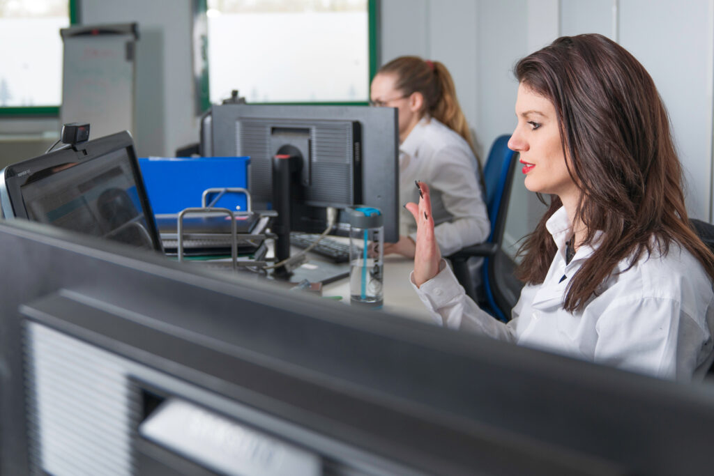Diapo 3 : Femme devant un écran s'exprimant en langue des signes