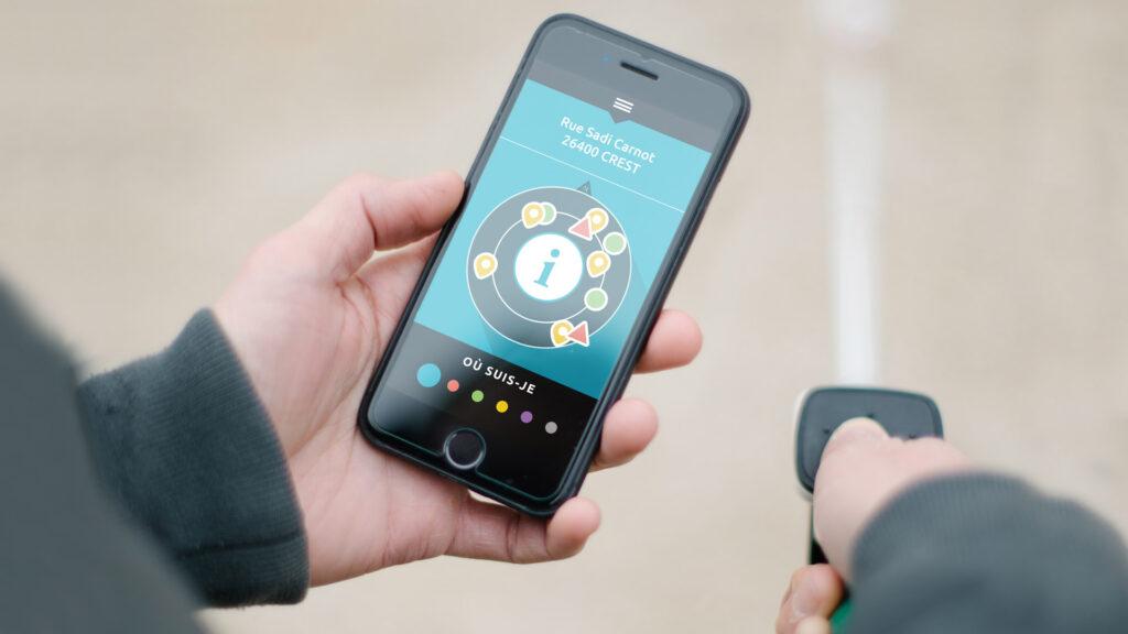 Diapo 4 : Photo d'un téléphone dans les mains d'une personne montrant la fonction GPS