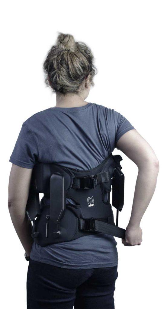 Diapo 3 : Femme portant sur elle l'exosquelette Japet