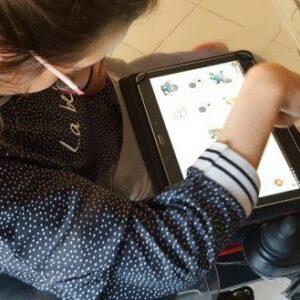 Petite fille utilisant l'application Je veux sur une tablette