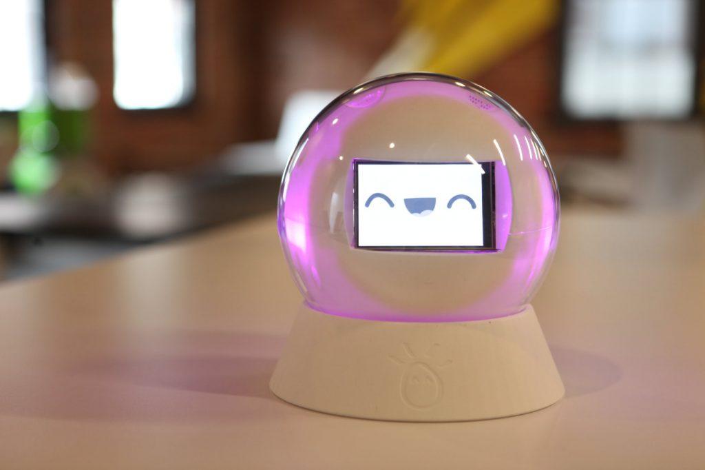 Diapo 5 : Robot leka, posé sur son socle sur une table.