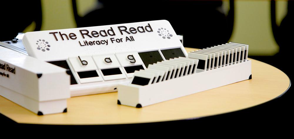 Diapo 4 : Photo de l'innovation The Read Read, avec des lettres traduites en braille