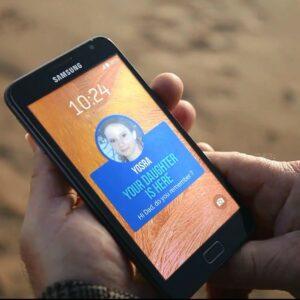 Photo de l'application Backup Memory sur un smartphone où il y a écrit «Votre fille est là»