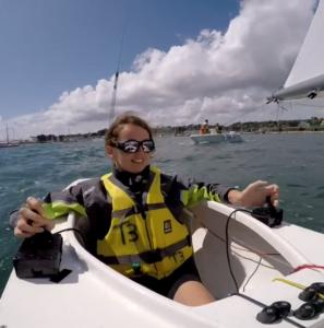 Femme ayant un handicap moteur dans un bateau qu'elle dirige par des joysticks