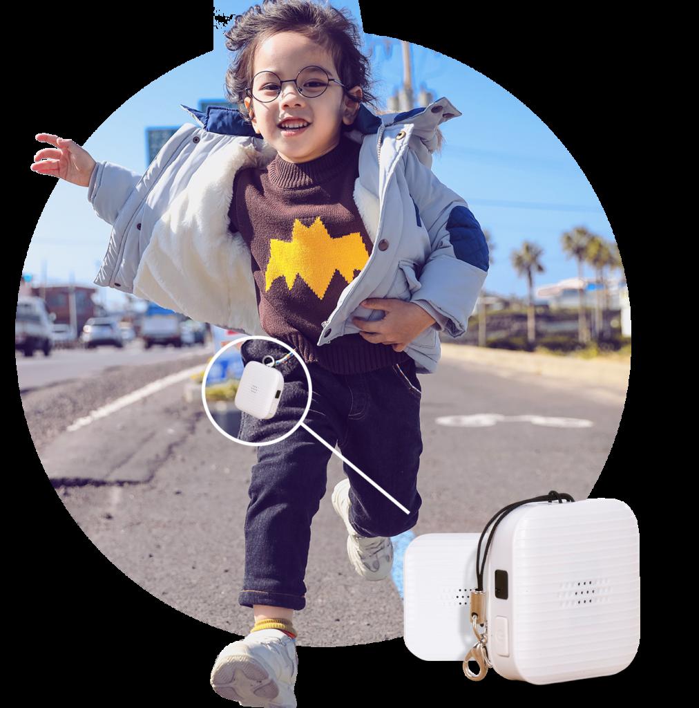 Diapo 6 : Photo d'un garçon qui court et qui a le boitier Swap GPS accroché à son pantalon