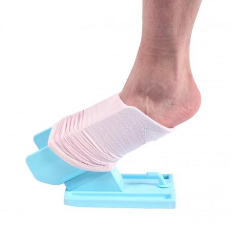 Diapo 4 : Photo d'une personne enfilant sa chaussette avec le dispositif Sock Aid