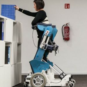Femme qui attrape un document en hauteur en position debout sur le fauteuil roulant Rise