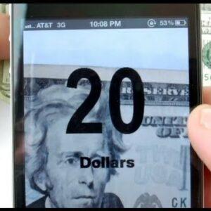 Photo d'un téléphone qui indique le somme et la devise du billet pris en photo avec l'application Money Reader