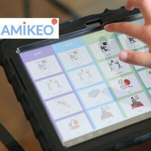 Surface Amikeo App sur une tablette avec la main d'un enfant qui navigue dessus