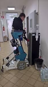 Diapo 4 : Homme en position debout sur le fauteuil Rise, se servant dans l'eau dans une machine