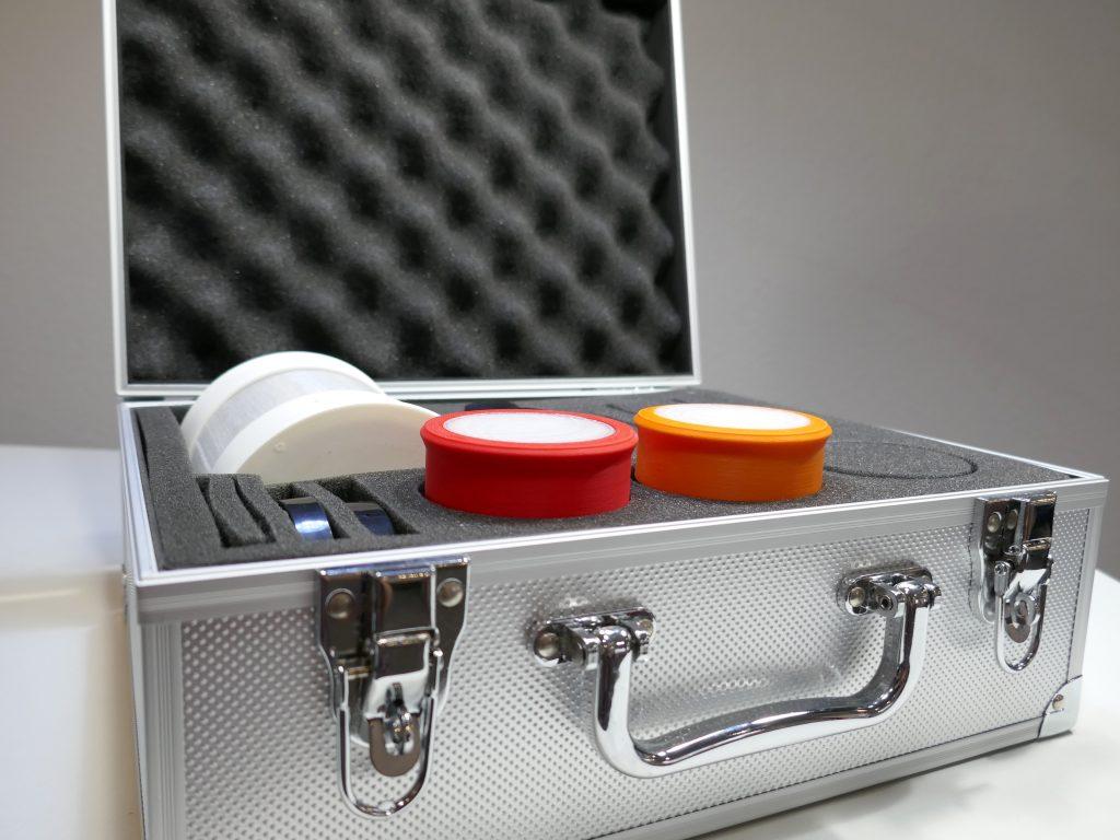 Diapo 2 : photo qui représente les alarmes smart ear dans une valise de rangement