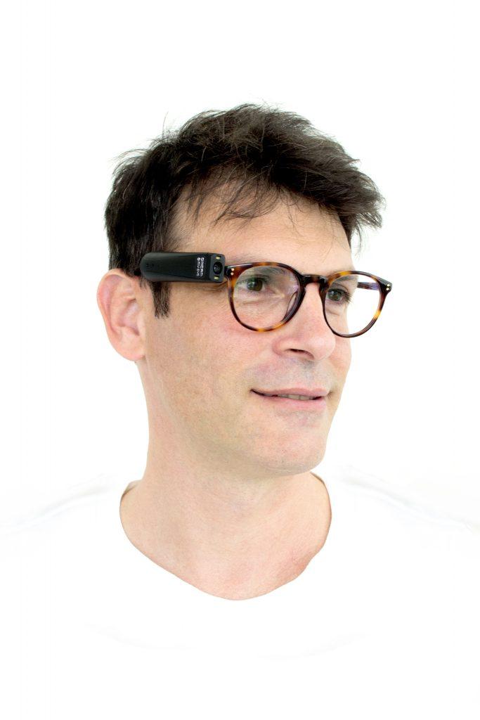 Diapo 4 : photo qui représente un homme avec les lunettes orcam