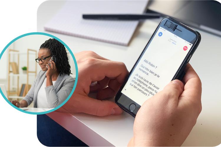 Diapo 3 : Deux personnes au téléphone dont une malentendante utilisant l'application RogerVoice sur son smartphone pour retranscrire l'appel et le lire