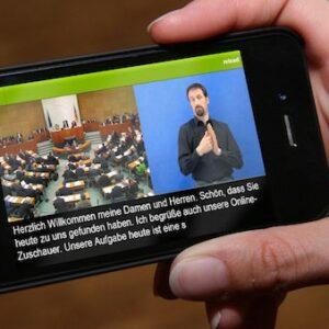Photo de l'application VerbaVoice sur un smartphone dans les mains d'une personne