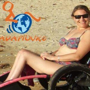 Femme en situation de handicap à la plage