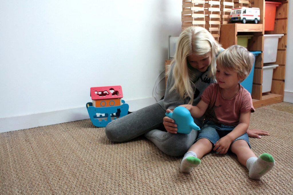 Diapo 3 : photo représentant deux enfants en train de jouer avec meyko