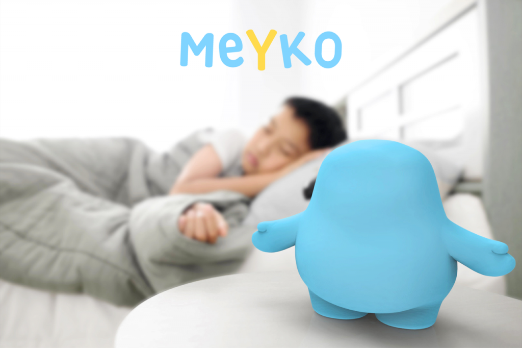 Diapo 2 : photo représentant un enfant qui dort avec le robot meyko à côté
