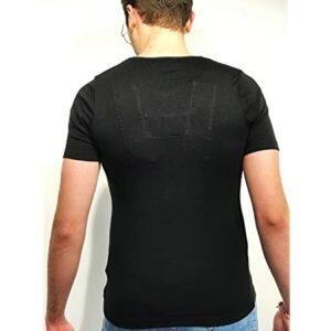 Homme portant un t-shirt t-droit noir