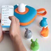 photo représentant l'application jooki, l'enceinte et les figurines