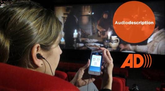 Diapo 5 : Femme au cinéma qui utilise la fonctionnalité 'audio-description' sur son smartphone avec l'application Twavox
