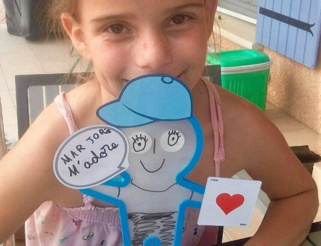 Diapo 4 : Petite fille avec une figurine AniMate