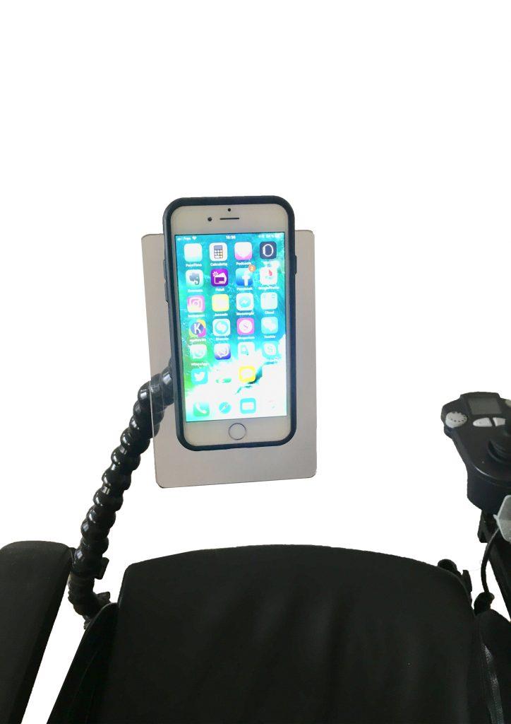 Diapo 2 : photo qui représente un fauteuil roulant équipé d'un bras support avec un smartphone