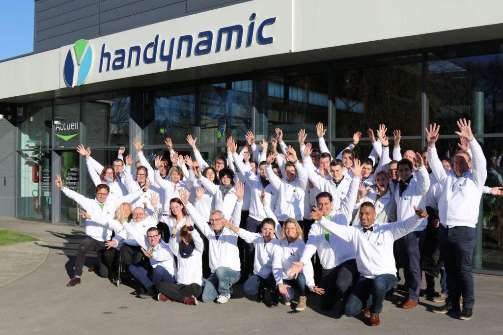 Diapo 3 : photo représentant l'équipe handynamic devant leur entreprise