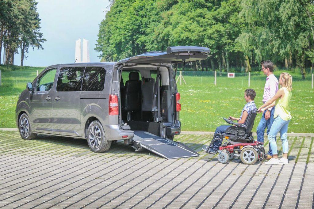 Diapo 2 : photo représentant un véhicule aménagé avec une personne en fauteuil roulant qui s'apprête à rentrer dans le véhicule