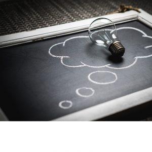 photo où se trouve une ampoule sur un tableau, qui représente l»idée d'innovation