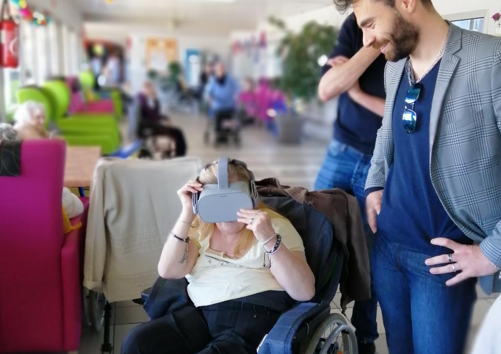 Diapo 2 : une femme en fauteuil roulant utilisant vythisi