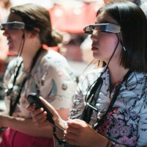 Deux personnes qui portent les lunettes de sous-titrage Panthea au festival d'Avignon