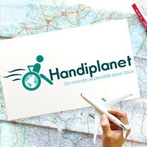 Image du logo Handiplanet sur un plan avec à côté quelqu'un qui tient un avion dans sa main
