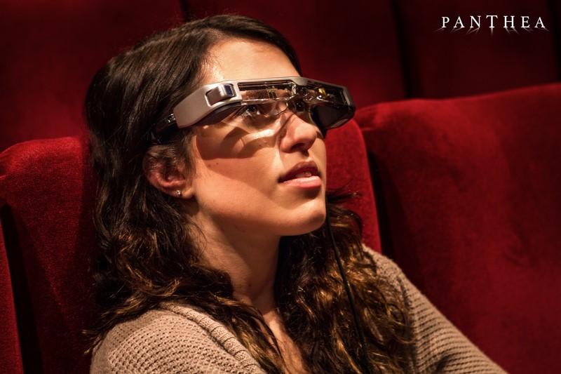Diapo 2 : photo qui représente une femme avec des lunettes panthea dans une salle de cinéma