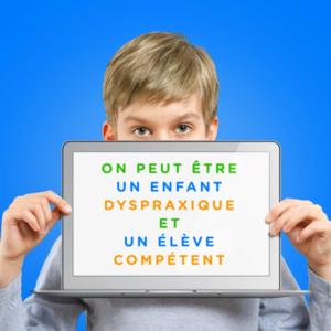 Image d'un enfant tenant une tablette avec écrit dessus «On peut être un enfant dyspraxique et un élève compétent»