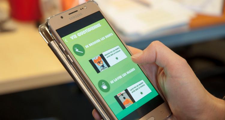 Diapo 4 : Personne utilisant l'application Ben Le Koala sur un smartphone