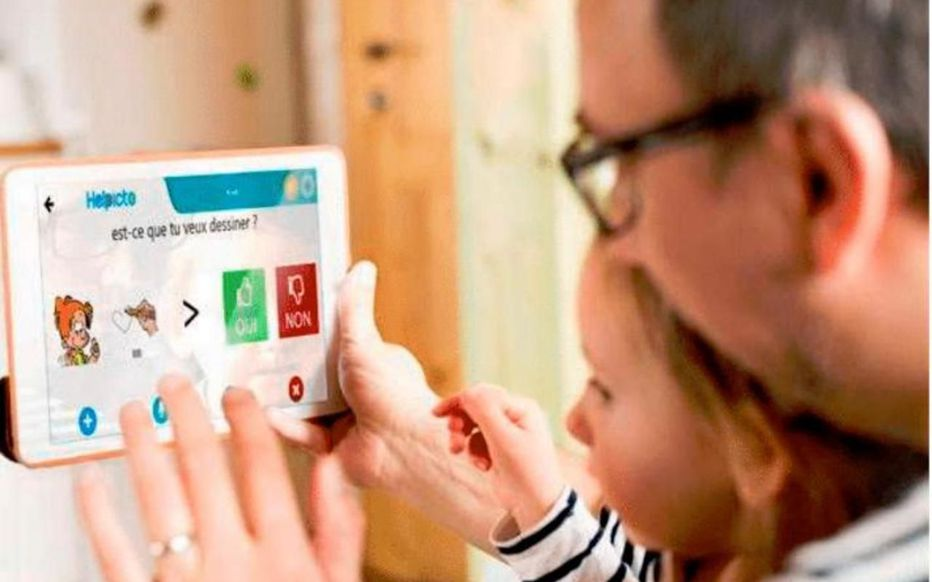 Diapo 4 : Un père et sa famille utilisant l'application Helpicto sur une tablette