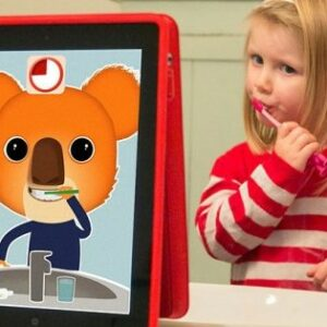 Petite fille qui se brosse les dents en regardant comment fait Ben le Koala sur une tablette