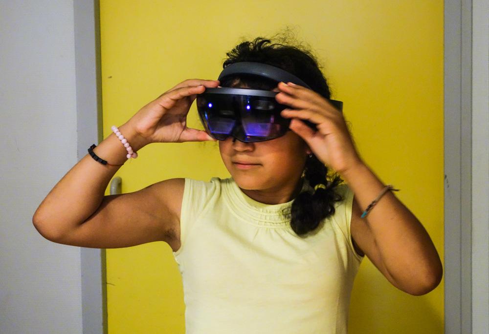 Diapo 3 : enfant qui porte des lunettes de réalité virtuelle