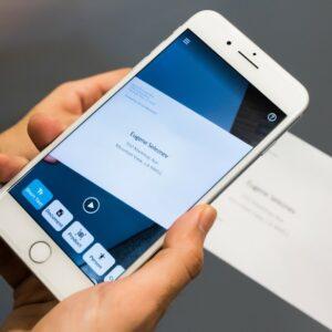 Photo d'une personne qui utilise Seeing AI sur son téléphone pour déchiffrer une lettre