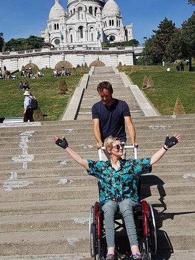 Diapo 4 : photo qui représente le fauteuil en action sur les marches du sacré coeur