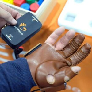 Photo de la main robotique NeoMano avec la télécommande