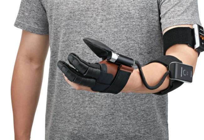 Diapo 3 : photo qui représente un homme avec la main robotique