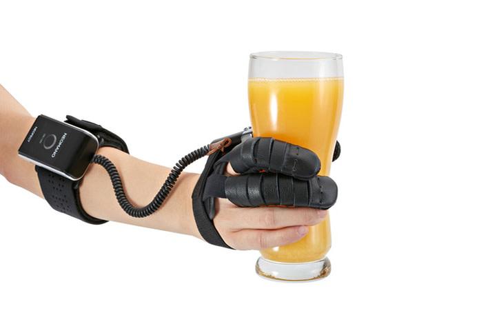 Diapo 5 : photo qui représente une personne en train de boire une bière et qui la tient avec une main neomano