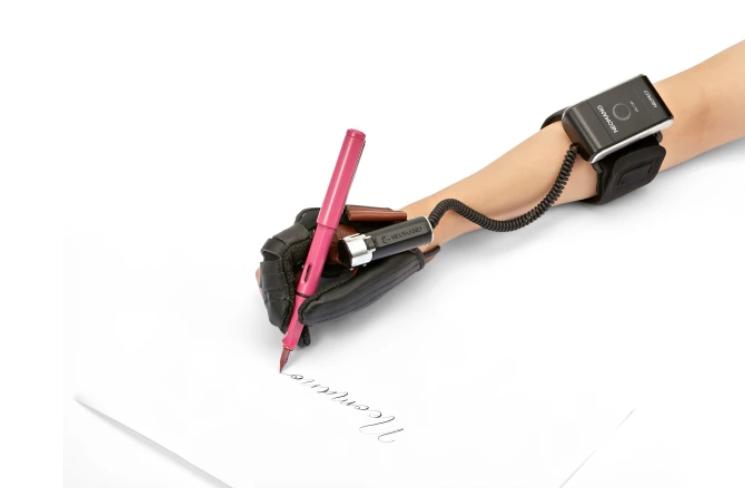 Diapo 2 : photo qui représente une personne en train d'écrire grâce à la main neomano
