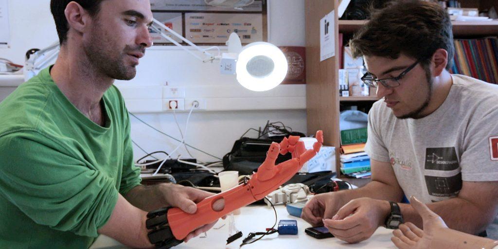 Diapo 2 : photo représentant nicolas huchet avec une prothèse de main faire par my human kit